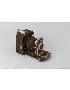 Câmera Fotográfica Vintage marrom com detalhes prata