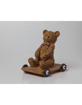 Ursinho sentado no carrinho